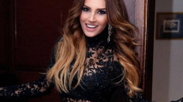 Фолкаджийски стойки: Есил Дюран на 51 се разчекна секси