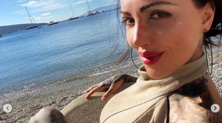 Скандална участничка от Биг Брадър съблазнява от турски курорт