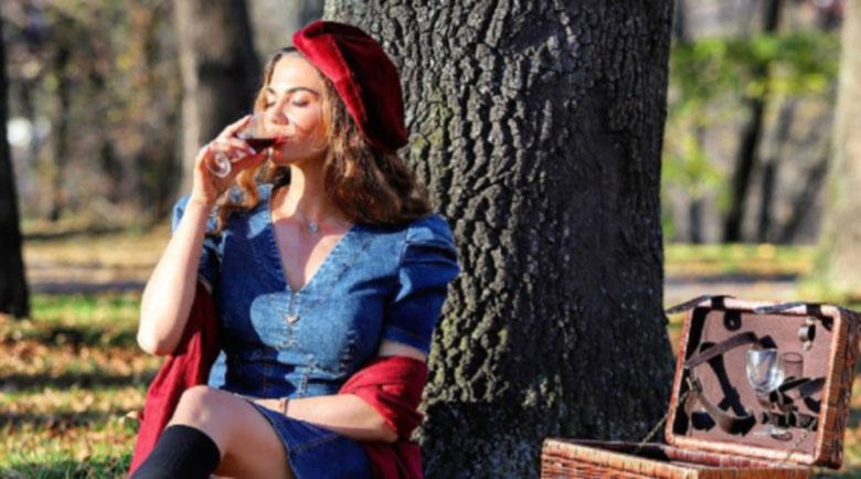 Райна дави мъката с вино, на мрежата й се доплака