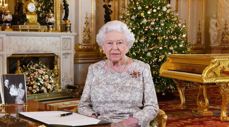 Елизабет II даде рицарски звания на Люис Хамилтън и Роджър Дикинс