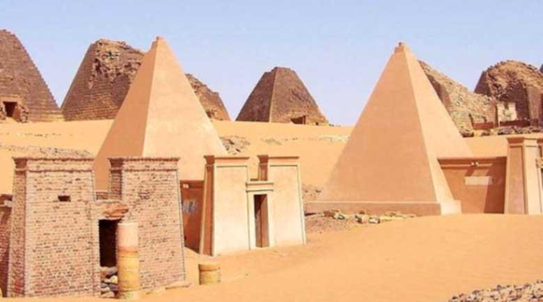 Пясък ослепява чужденците, които влизат в Нубийските пирамиди