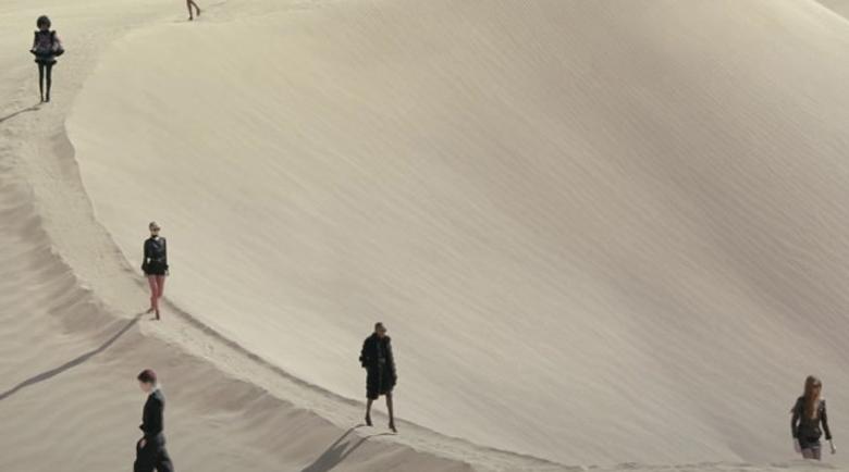 """Фешън екстравагантност: """"Ив Сен Лоран"""" разходи модели в пустинята"""