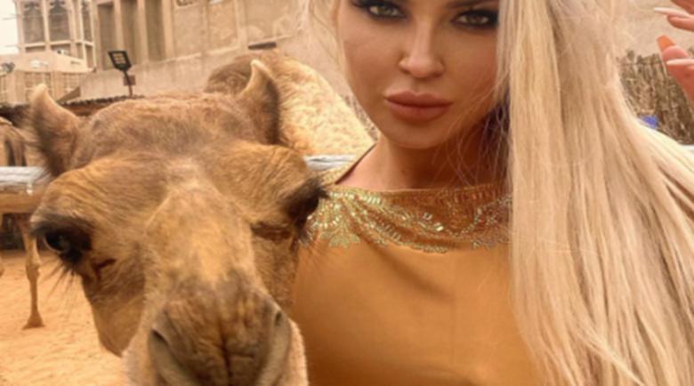Андреа завря новите си гърди до устата на дубайска камила