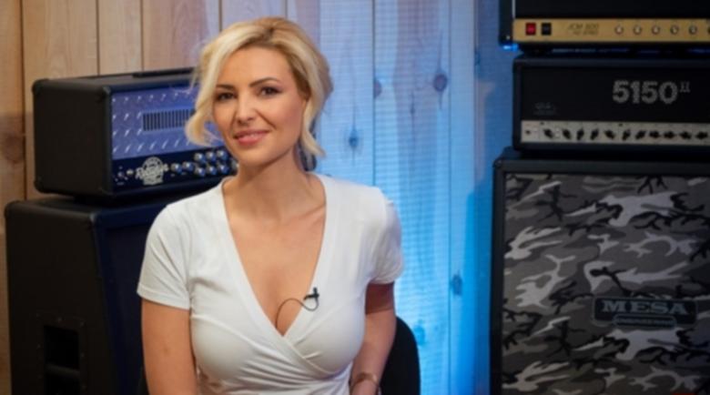 Секси синоптичката Кикерезова си ляга с… четирима