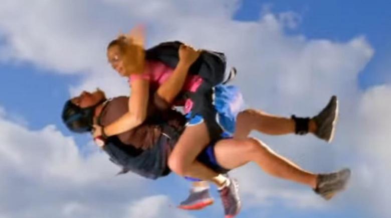 Парашутисти правиха секс във въздуха и забравиха да отворят парашутите