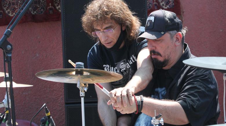"""Геро се учи от Стунджи на барабаните в група """"Жигули"""""""