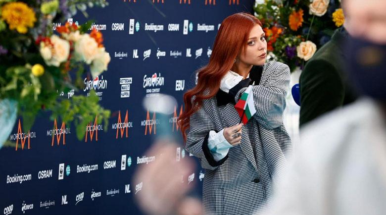 Виктория развя знамето ни на откриването на Евровизия