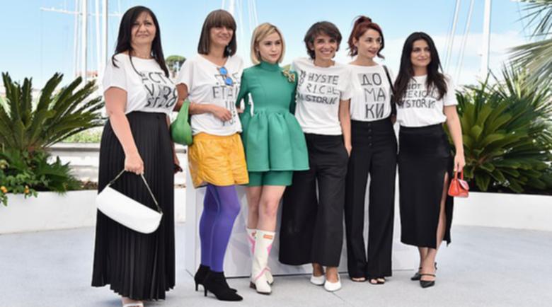 Мария Бакалова дефилира с тюркоазен тоалет в Кан